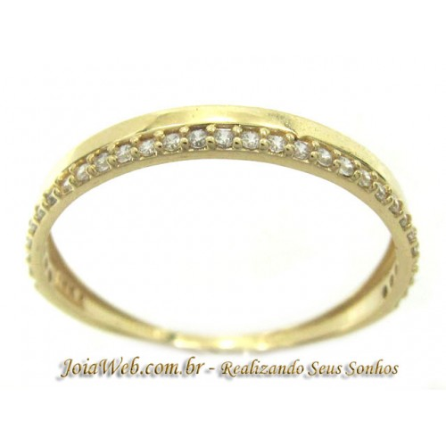 A8990-72444 Delicado Anel de Ouro com Fileira de Pedras Branca